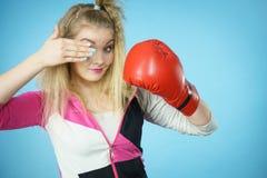 Rolig flicka i röda handskar som spelar att boxas för sportar Royaltyfri Bild
