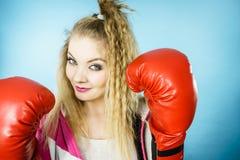Rolig flicka i röda handskar som spelar att boxas för sportar Fotografering för Bildbyråer