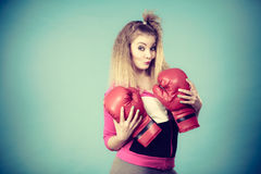Rolig flicka i röda handskar som spelar att boxas för sportar Arkivbild