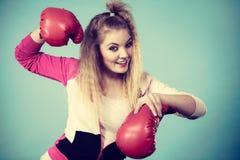 Rolig flicka i röda handskar som spelar att boxas för sportar Royaltyfria Foton