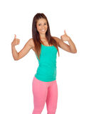 Rolig flicka i sportswear som Ok säger Royaltyfria Foton