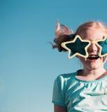 Rolig flicka i stora exponeringsglas Royaltyfri Foto