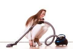 Rolig flicka med dammsugare hushållsarbete Arkivfoto