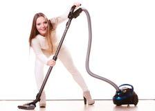 Rolig flicka med dammsugare hushållsarbete Royaltyfria Bilder