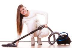 Rolig flicka med dammsugare hushållsarbete Arkivfoton