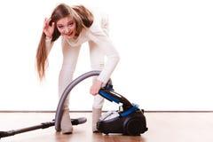Rolig flicka med dammsugare hushållsarbete Royaltyfria Foton
