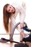 Rolig flicka med dammsugare hushållsarbete Arkivbilder