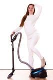 Rolig flicka med dammsugare hushållsarbete Arkivbild