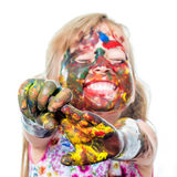 Rolig flicka med den målade händer och framsidan Arkivbild