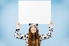Rolig flicka med det tomma tomma banerbrädet Royaltyfria Foton