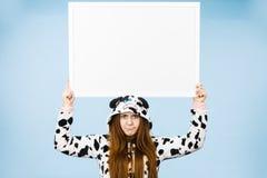 Rolig flicka med det tomma tomma banerbrädet Fotografering för Bildbyråer