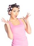 Rolig flicka med papiljotter på henne som är head Arkivbild