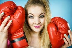 Rolig flicka med röda handskar som spelar att boxas för sportar Arkivbild