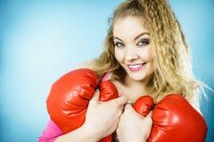 Rolig flicka med röda handskar som spelar att boxas för sportar Fotografering för Bildbyråer