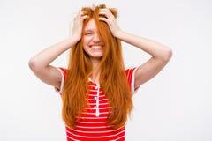 Rolig flicka med smutsiga ovårdade hårinnehavhänder till huvudet Fotografering för Bildbyråer