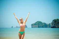 Rolig flicka på stranden Royaltyfria Foton