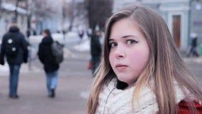 Rolig flicka som gör galna framsidor lager videofilmer