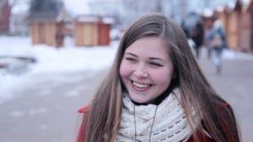 Rolig flicka som gör galna framsidor arkivfilmer