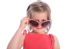 rolig flicka som har gammalt år för sex solglasögon Arkivfoton