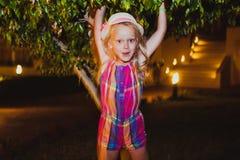 rolig flicka som har little Royaltyfri Fotografi