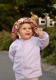 rolig flicka som har spädbarn Fotografering för Bildbyråer