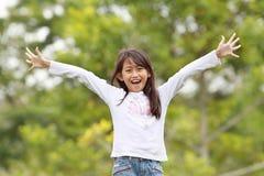 rolig flicka som har utomhus- barn Arkivbild