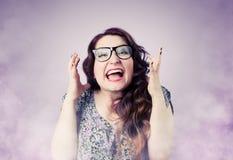 Rolig flicka som skriker i röken, grimasportrai royaltyfri fotografi