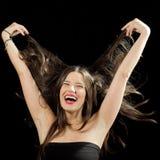 Rolig flicka som spelar med hennes hår fotografering för bildbyråer