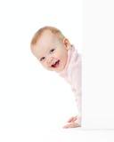 rolig flickalook som ler ut väggen Arkivfoton