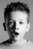 Rolig framsida av ungen stilig pojke little Royaltyfria Foton