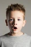 Rolig framsida av ungen stilig pojke little Arkivbild