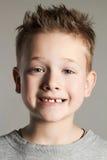 Rolig framsida av ungen stilig pojke little som ler Fotografering för Bildbyråer