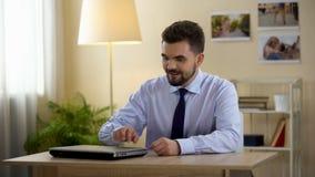 Rolig freelancerbokslutbärbar dator efter arbetsmöte, fixandeunderkläder, intervju stock video
