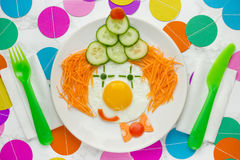 Rolig frukost för clown, ätlig clownframsida som göras från grönsaker och Arkivbild