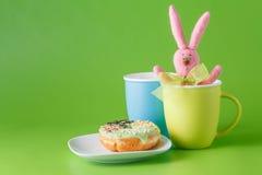 Rolig frukost för unge Royaltyfria Bilder