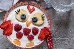 Rolig frukostyoghurt för ungar med frukter och bär arkivfoto