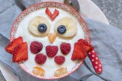 Rolig frukostyoghurt för ungar med frukter och bär arkivbild