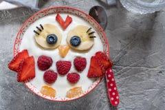 Rolig frukostyoghurt för ungar med frukter och bär royaltyfri fotografi