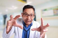 Rolig galen doktor Helping Birth arkivfoto