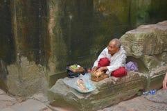 Rolig gamal man som placeras i den Angkor Wat templet, Fotografering för Bildbyråer
