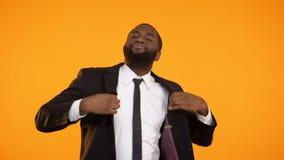 Rolig gladlynt afro--amerikan man i formell dräktdans, lycklig affärsman arkivfilmer
