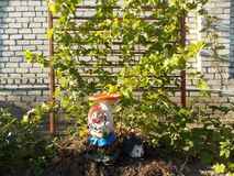 Rolig gnom i blommaträdgården på stugan Royaltyfri Fotografi