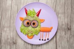 Rolig grönsakget som göras på plattan och skrivbordet Royaltyfria Bilder