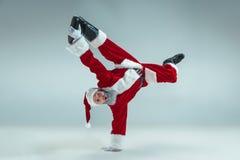 Rolig grabb i julhatt Ferie för nytt år Jul x-mas, vinter, gåvabegrepp royaltyfri foto