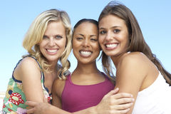 rolig grupp för kvinnligvänner som har tre tillsammans Arkivfoton