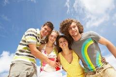 rolig grupp för strandvänner som har sommar Arkivbild