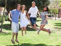 rolig grupp för vänner som har barn Royaltyfri Fotografi