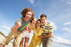 rolig grupp för vänner som har o Royaltyfria Foton