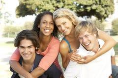 rolig grupp som har tonåringar Arkivfoto