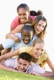 rolig grupp som utomhus har tonåringar Royaltyfri Foto